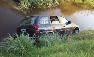 Un auto volcó y quedó dentro de la cuneta