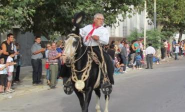 El Centro Tradicionalista Fortín San Carlos celebró sus bodas de plata con un desfile por las calles de Bolívar