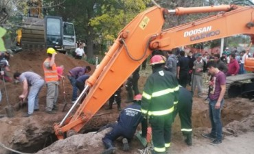 Rescataron a un operario que cayó en una zanja de la obra de cloacas de barrio Pompeya
