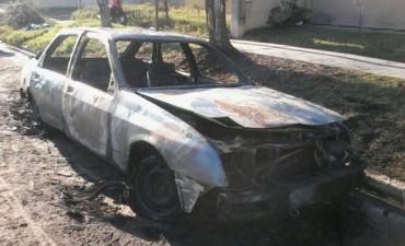 Se incendió un vehículo en la madrugada de este viernes