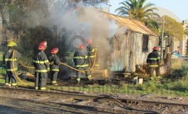 Sábado por la mañana: Se produjo el incendio generalizado de una casilla de chapa y madera