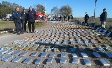 """Operativo """"aluminio verde"""": secuestraron 1500 kilogramos de marihuana, armas de fuego, 40.000 pesos y 17 celulares"""