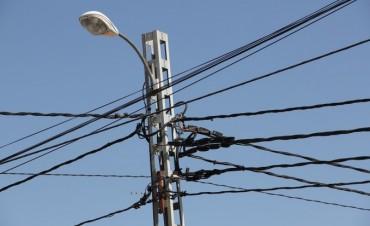 Un cable arrancado y el viento que no ayudó, dejaron a media ciudad sin luz en este mediodía de lunes