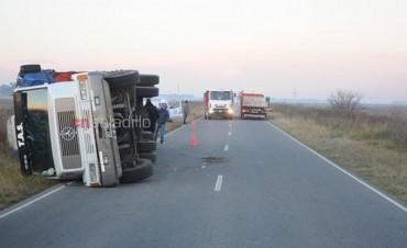 Vuelco de un camión con acoplado en la Ruta 51