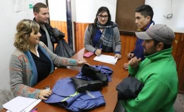 CAMISA, PANTALÓN Y CALZADO: Se entregó indumentaria a Empleados Municipales