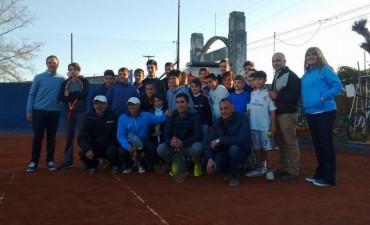 Manuel Mosca junto con la tenista Paula Ormaechea realizaron la presentación de una clínica de tenis en el CAI
