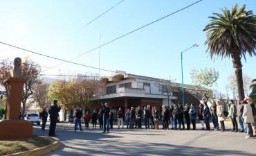 FRENTE AL BUSTO A MARIANO MORENO: El Municipio participó del acto por el Día del Periodista