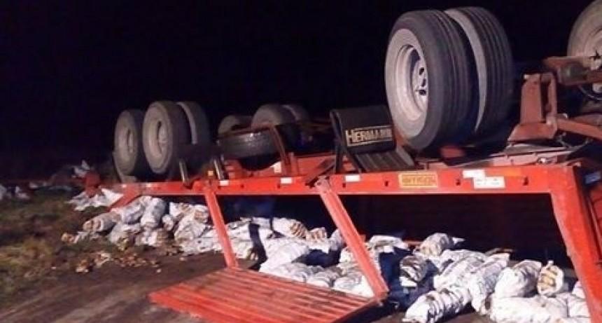 Espectacular vuelco de un camión (Imagen de archivo)