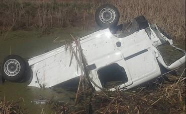 En cercanias de Dudignac, un véhiculo se despistó y terminó en un canal con agua
