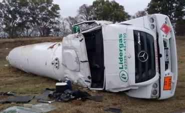 Ruta Provincial 65: Por el mal estado de las banquinas, volcó un camión con gas propano