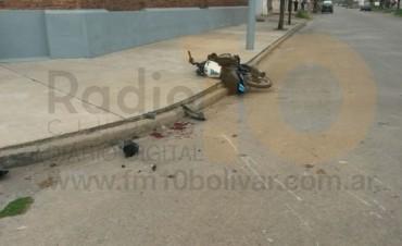 Accidente entre dos motocicletas, un conductor prófugo y otro internado
