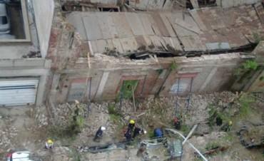 Urgente Olavarría: Se derrumbó un edificio y aplastó a cinco autos estacionados