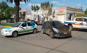 Fuerte impacto entre dos autos, derivó a tres personas al Hospital local