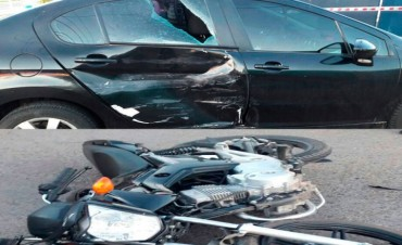 Accidente en avenida Mariano Unzué: Un joven motociclista fue hospitalizado al impactar contra un auto