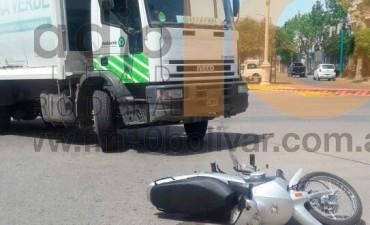 Avenida San Martín y Balcarce: Leve colisión entre motociclista y un camion