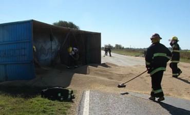 Se produjo un accidente de un camión con cereal, producto de la banquina descalzada en ruta 65