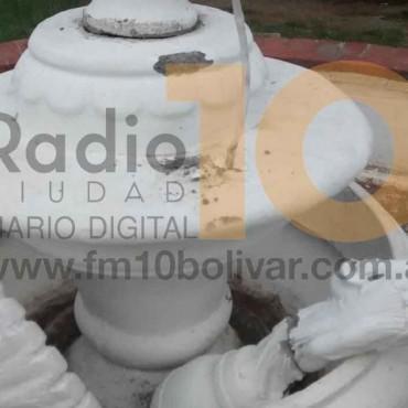 Vandalismo: El ángel de la fuente de 'Plaza Mitre', apareció destrozado