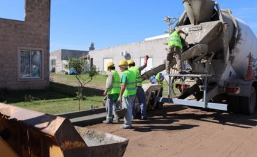 PAVIMENTO CONTINUO: Se realizó el cordón cuneta de la calle Larregle, en Vivanco