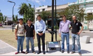 El intendente Bucca presentó el cargador solar para celulares instalado en el Centro Cívico