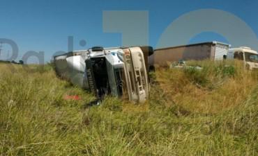 Despiste y vuelco de un camión, con dos personas derivadas al Hospital Capredoni